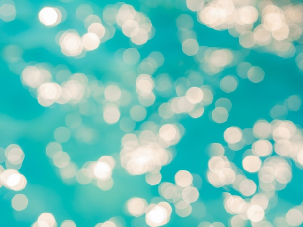 抽象的な青い空を背景にぼかしボケ光効果 Premium写真