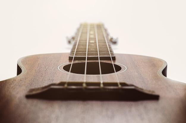 白い背景の休日のブラウンウクレレのギターは音楽と休憩時間をリラックス Premium写真