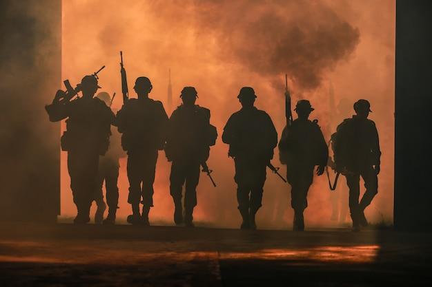 兵士のシルエット。 Premium写真