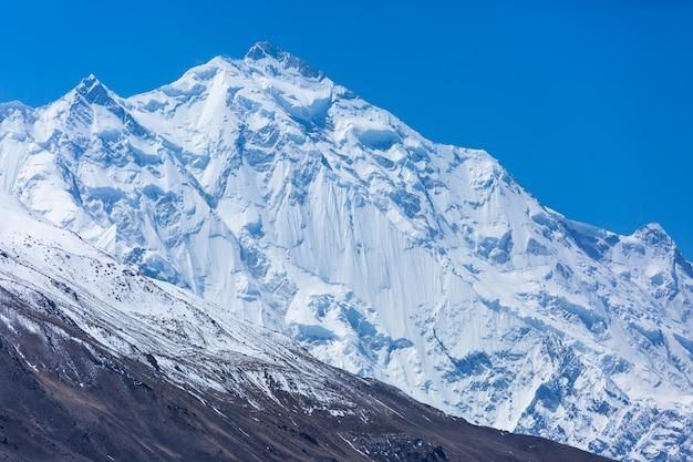 パキスタンの雪山のピーク Premium写真