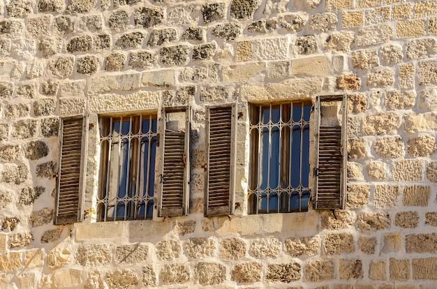 イスラエルのエルサレム旧市街のシャッター付き窓 Premium写真