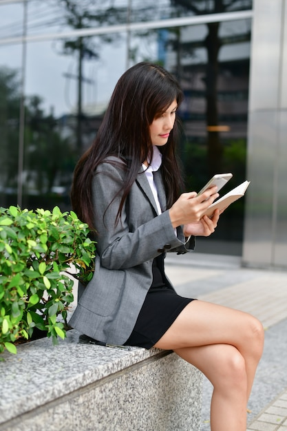 ビジネスコミュニケーションの概念。若い、ビジネスマン、遊ぶこと、幸せ、モバイル。 Premium写真