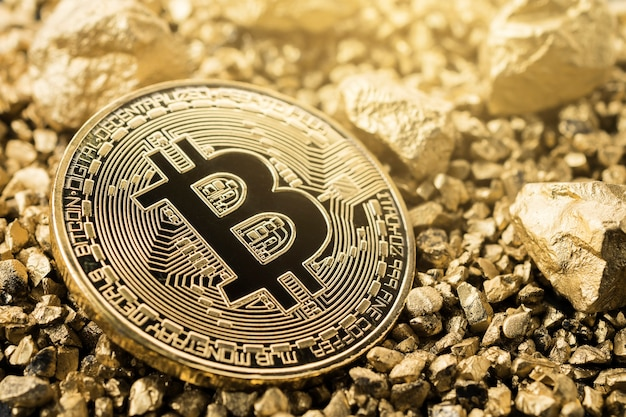 Золотая монета биткойн и курган из золота. биткойн-криптовалюта. Premium Фотографии