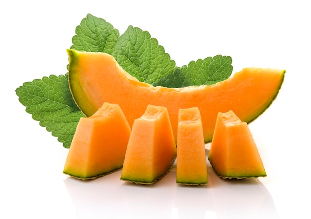 日本のメロン、オレンジメロン、またはメロンのスライス、種子と白の背景 Premium写真