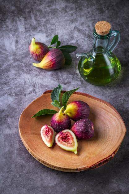 暗いテーブルの上の新鮮な熟したイチジク。 Premium写真