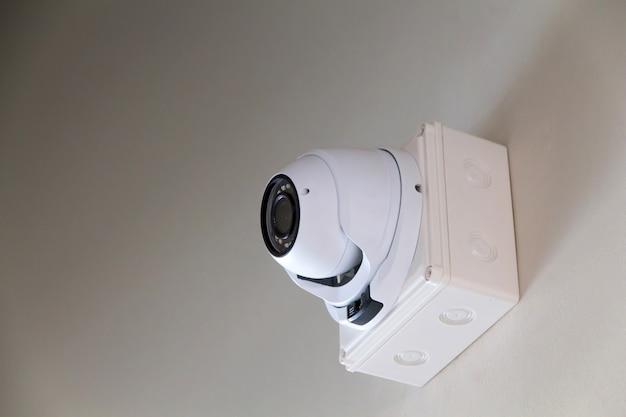 Камера видеонаблюдения на стене внутри здания для наблюдения за важными событиями Premium Фотографии