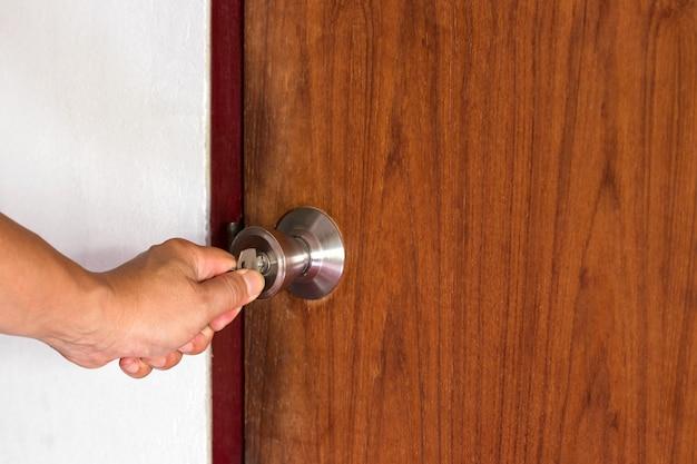 人の手が内側への扉を開く Premium写真