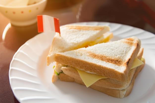 テクスチャと白い皿に新鮮なサンドイッチ、朝の皿にサンドイッチ Premium写真