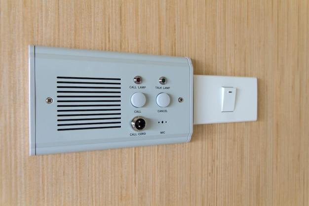 ベッドサイドスイッチボタン、病院の緊急スイッチコールナースヘルプ Premium写真