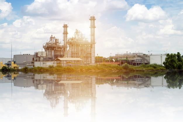 電気工場の発電所と雲空を背景に電気変電所 Premium写真