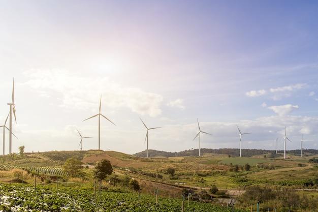 雲の背景、電力生態学の概念のための風車と青い空を背景に山の風景の風力タービン Premium写真