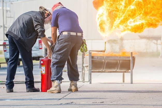 消防士訓練、従業員年次訓練ガスと炎との消火 Premium写真