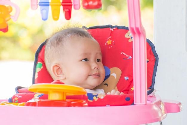 おもちゃの車のキャビンの少女 Premium写真