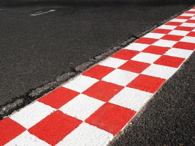 Финишная черта в финишной дорожке, красного и белого цвета Premium Фотографии
