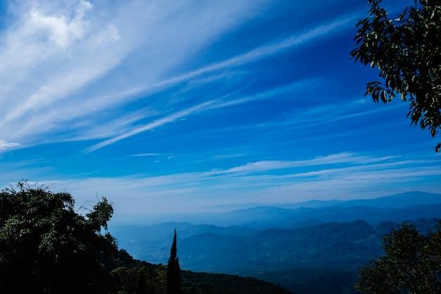 Слои горного ландшафта с голубым небом Premium Фотографии