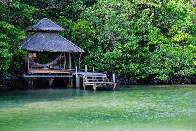 マングローブ林の海の上のパビリオン Premium写真