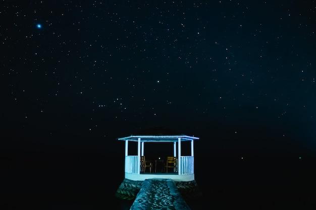 夜の星空と白いパビリオン Premium写真