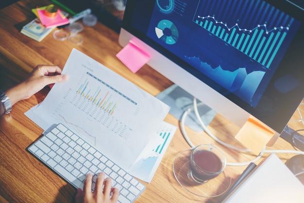 実業家チーム計画でデータを一緒に分析して新しいプロジェクトの計画と立上げ Premium写真