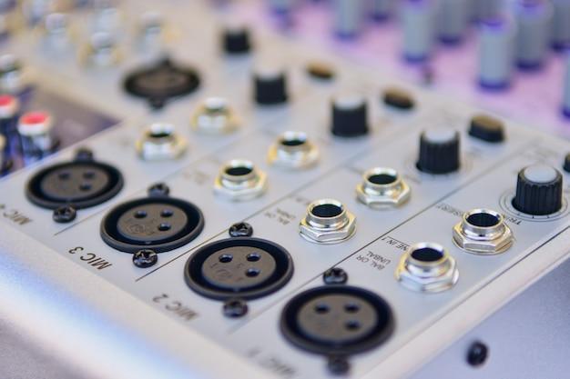 クローズアップオーディオミキサー、スタジオの音量コントローラーアンプの背景。 Premium写真