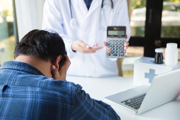 医療費の概念:患者は医療費を心配しています。 Premium写真