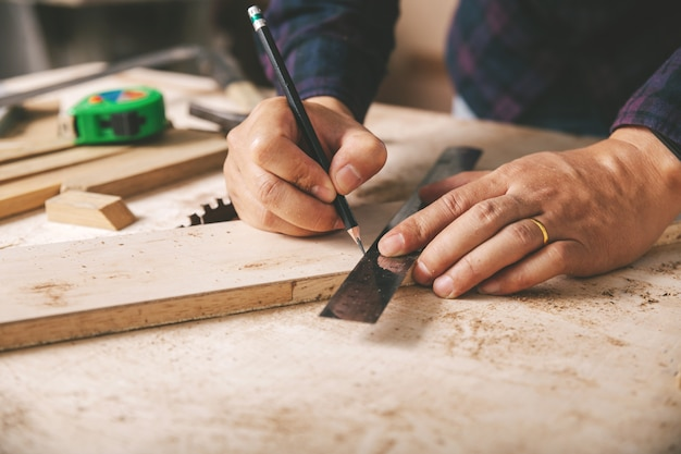 Плотник рабочий, молоток, рулетка и кусачки Premium Фотографии