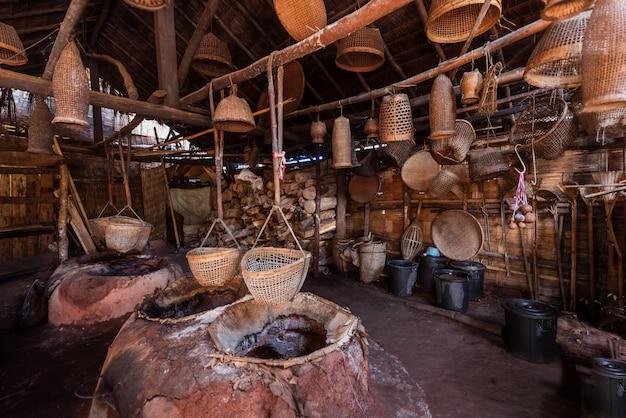 Место и материал, используемые в производстве древняя соляная соль, в таиланде Premium Фотографии