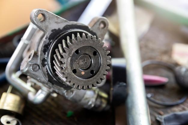 Часть механизма автомобиля на подносе в гараже ремонта автомобиля. Premium Фотографии