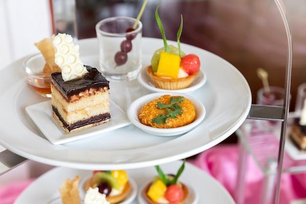 パーティーや結婚式、美食のためのおいしいデザートのコレクション。 Premium写真
