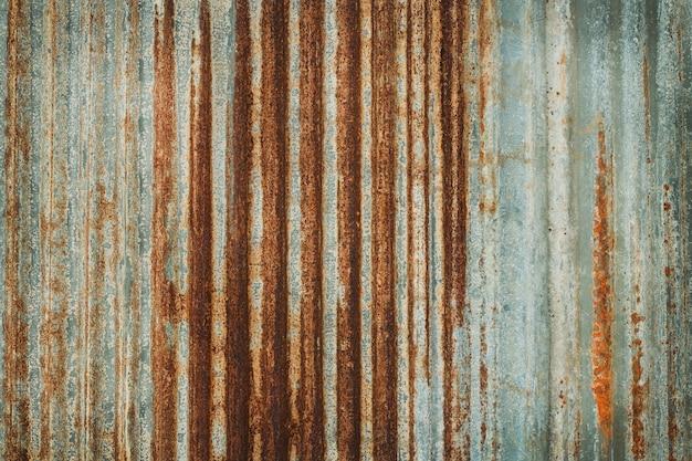古い亜鉛壁テクスチャ背景、亜鉛めっき金属パネルのシートにさびた。 Premium写真