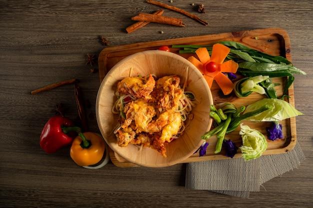 Салат из папайи тайская еда Premium Фотографии
