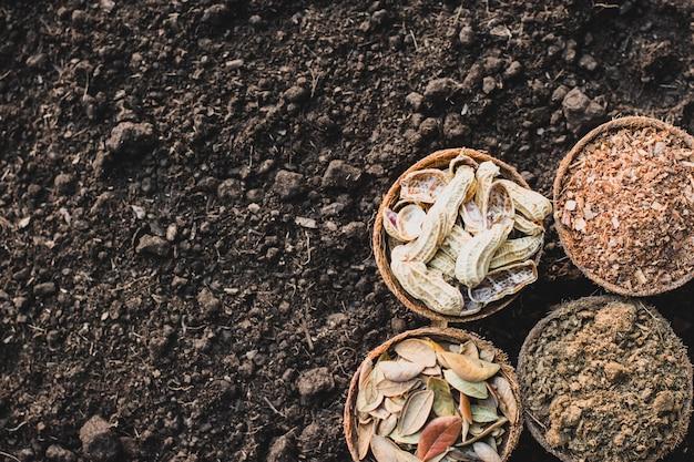 肥料、おがくず、乾燥葉、落花生の殻荒れ地に置かれる。 Premium写真