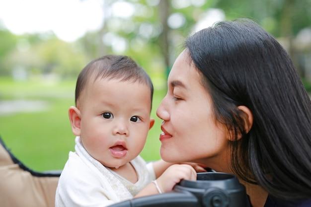 Крупным планом азиатских мать и ее мальчик мальчик на троллейбусе в парке. Premium Фотографии