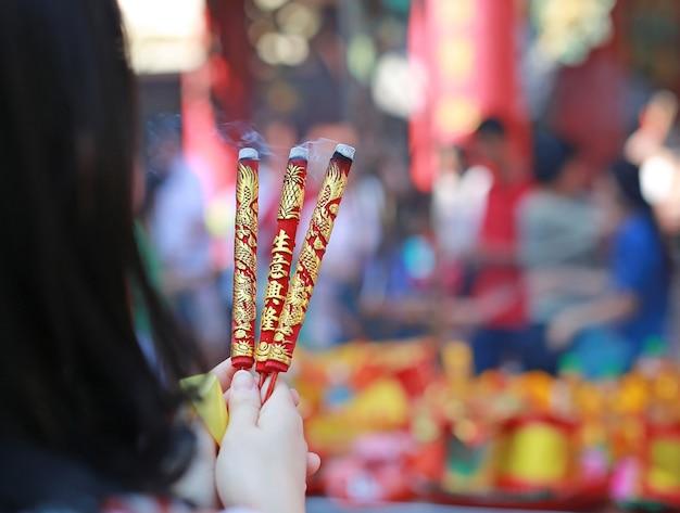 人々は中国の新年の日に神のために燃える香を尊重することを祈ります Premium写真