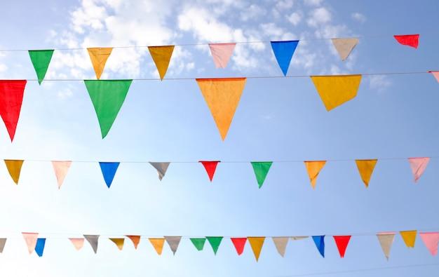 Красочные треугольные флаги, висит в небе открытый. Premium Фотографии