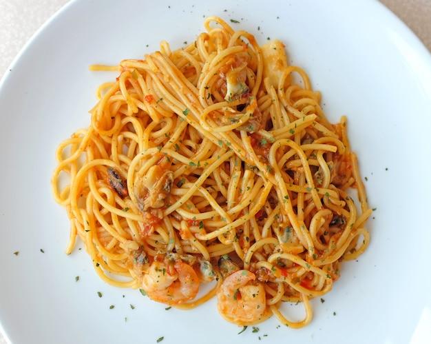 エビとトマトソースのスパゲッティ、イタリア料理 Premium写真
