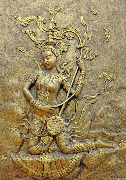 Родная культура тайской скульптуры на стене храма Premium Фотографии