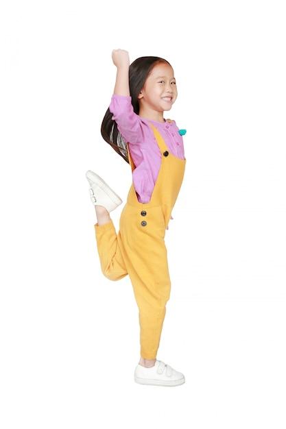 Смешная маленькая азиатская детская девочка в розовом Premium Фотографии