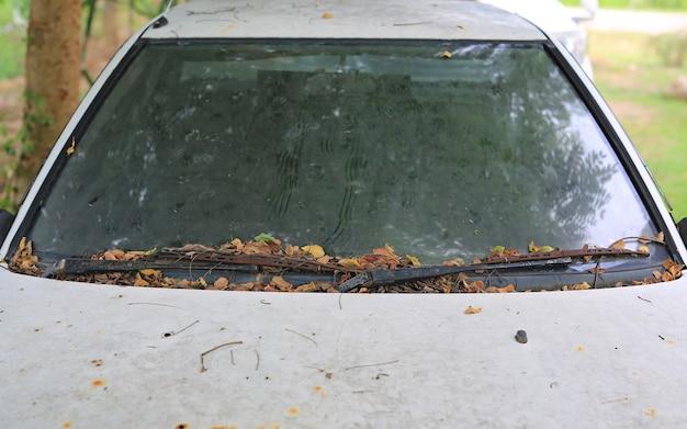 汚れと古い白い車。ガラス車の汚れ、表面の汚れ、ほこり土テクスチャ抽象的な背景。 Premium写真