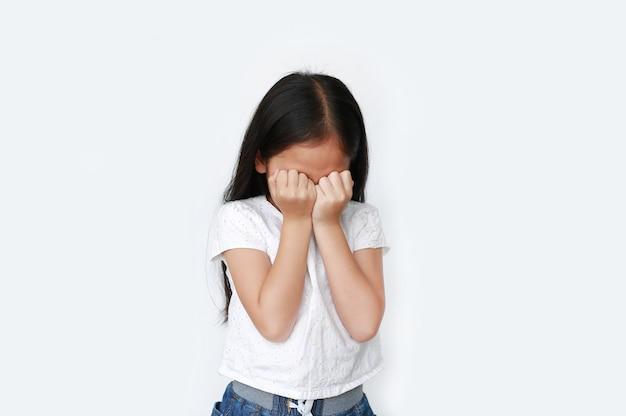 Малыш плачет и потирает глаза руками Premium Фотографии
