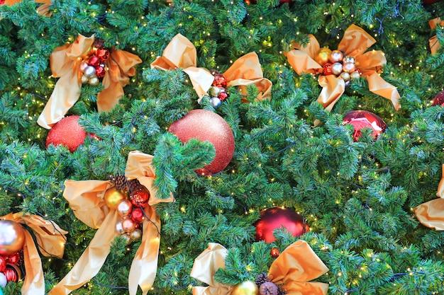 クリスマスボールと松の木の枝にぶら下がっている光。クリスマス冬の背景。 Premium写真