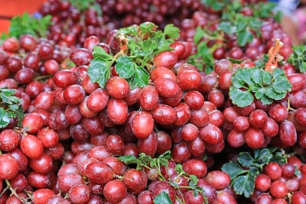 Плодоовощ виноградин красного вина конца-вверх на местном рынке. Premium Фотографии