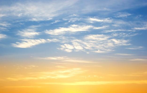早朝の空の夕日 Premium写真