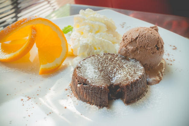 アイスクリーム入りチョコレート溶岩ケーキ Premium写真
