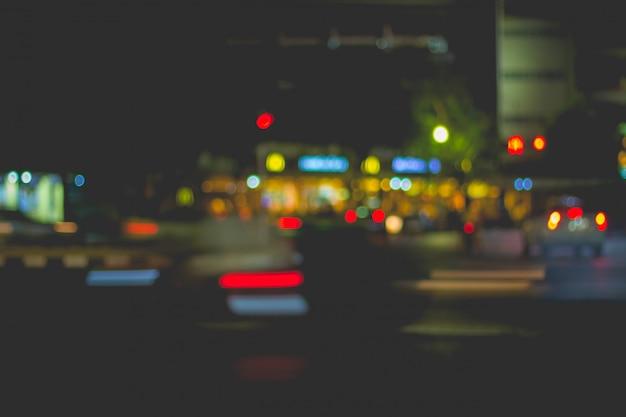 市内の車の光と交通のイメージをぼかします Premium写真