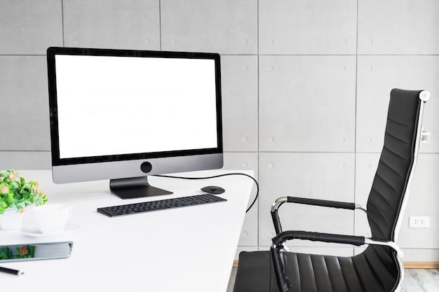 Компьютер изолирован белый экран для макета дизайна дисплея Premium Фотографии