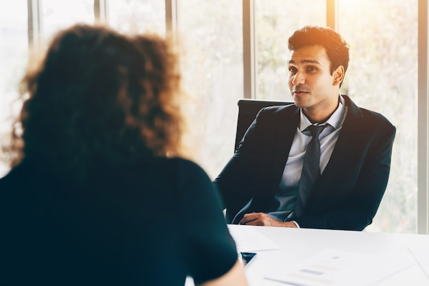 Бизнес интервью бизнесмена и женщины в офисе Premium Фотографии