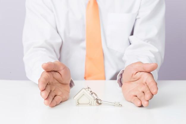 家のキーを与える不動産業者、隔離された背景、 Premium写真
