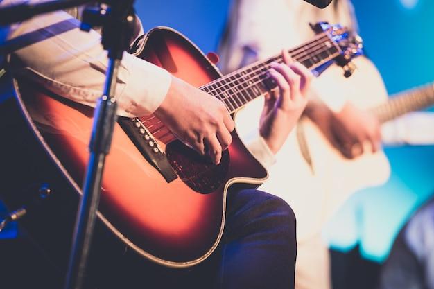 Гитарист на сцене для фона Premium Фотографии