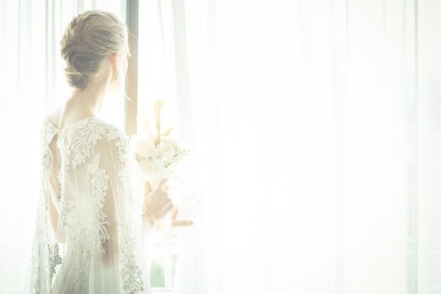 花束を持って美しい花嫁の肖像画 Premium写真