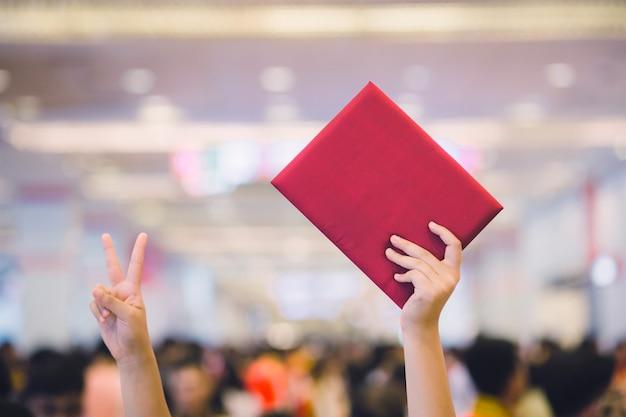 卒業ガウンを着ている女性の卒業生 Premium写真